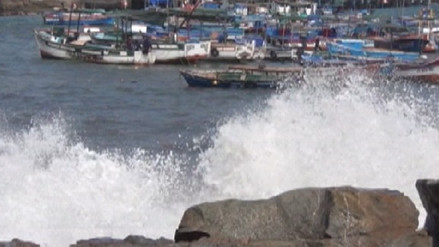Reabren puertos de Arequipa tras fuertes oleajes