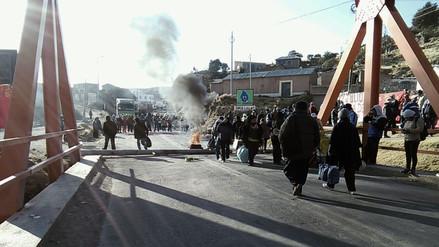 Profesores en huelga bloquearon puente Internacional de Ilave