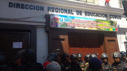 Profesores cusqueños toman Dirección de Educación y continúan con huelga