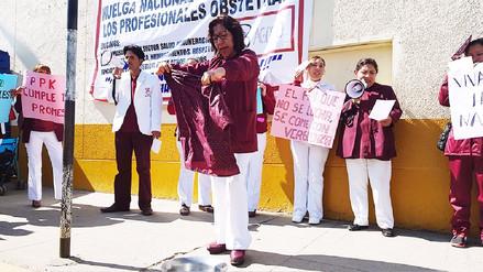 Obstetras realizan lavado de uniformes durante huelga indefinida