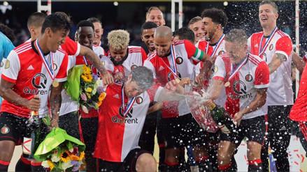 Renato Tapia compartió la Copa que ganó con Feyenoord en Facebook