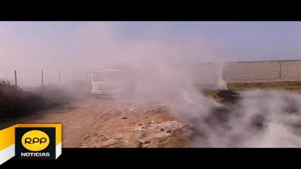 Queman desperdicios y provocan humareda en vía de Víctor Larco