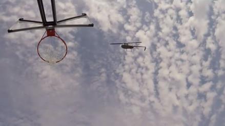 Los Harlem Globetrotters anotan una canasta desde un helicóptero