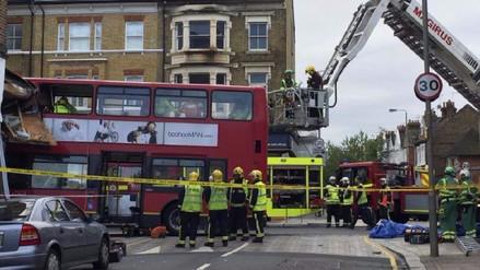 Un bus de dos pisos se empotró en una tienda de Londres