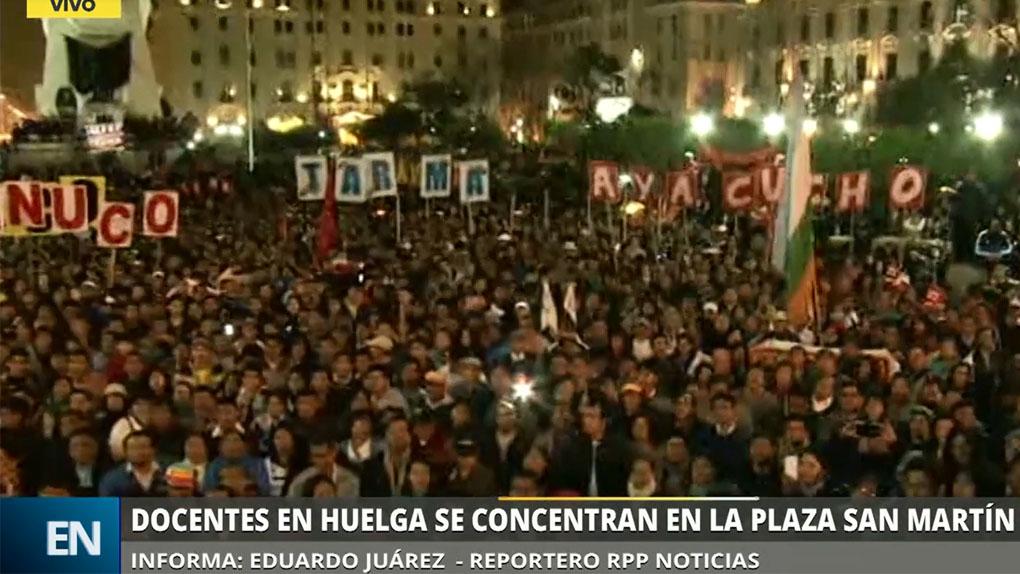 Cientos de maestros en huelga se concentraron en la Plaza San Martín