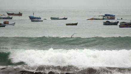 Embarcaciones afectadas por fuertes oleajes en Arequipa