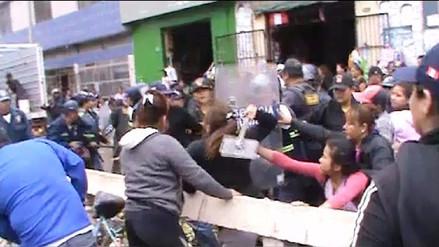 Ambulantes del mercado modelo nuevamente atacan a personal municipal