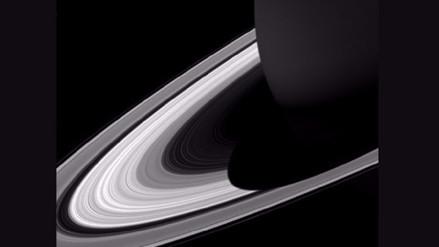 La sonda Cassini rozó hoy Saturno, como parte de su misión final