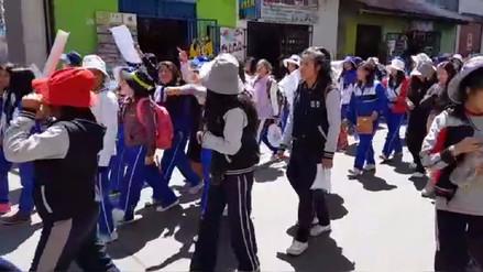Alumnos de Huancayo bloquearon puentes y marcharon por docentes