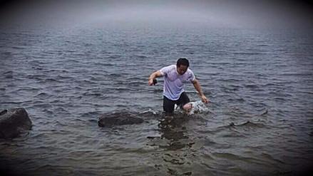 Kenji Fujimori se bañó en la laguna de las Huaringas como lo hizo su padre