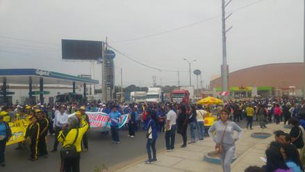 Profesores bloquean pistas y evalúan huelga de hambre en Trujillo