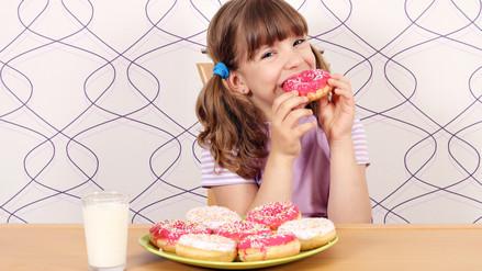 ¿Cómo puedo reducir el azúcar en la dieta de mi hijo?
