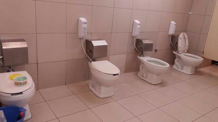 Cliente de un supermercado denunció falta de privacidad en baños de varones