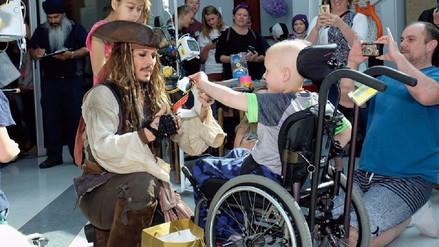 Fotos | Johnny Depp visitó a niños en hospital de Canadá
