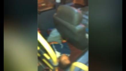 Niño es trasladado en la parte trasera del asiento de un conductor de un bus