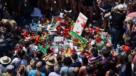 Miles se reunieron en la plaza de Cataluña para homenajear a las víctimas del atentado