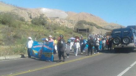 Docentes bloquearon ingreso a Arequipa y puente en Camaná