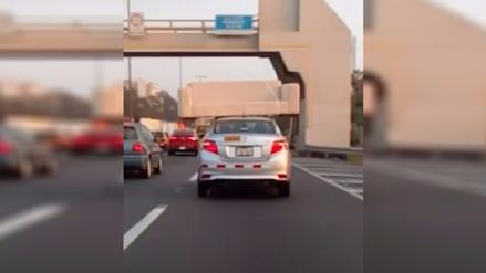 Imprudente conductor lleva sofá sobre su auto en Panamericana Sur