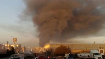 Gran incendio afecta almacén de Variante de Uchumayo en Arequipa