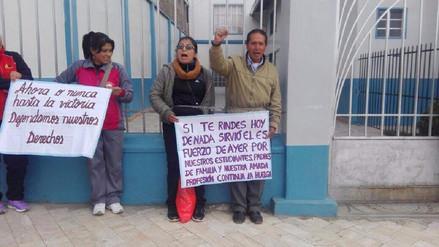 Jauja: profesores se encadenaron en frontis de colegios religiosos