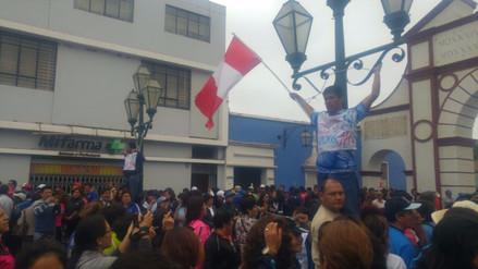 Profesores en huelga se encadenaron en Trujillo
