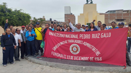 Administrativos de Universidad Pedro Ruíz Gallo realizan plantón