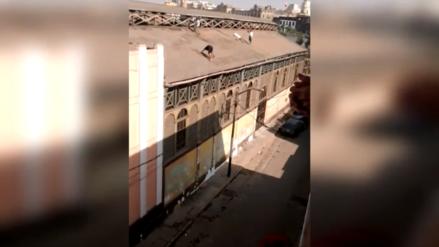 Rímac: Hombres sin medidas de seguridad exponen su vida en techo de mercado