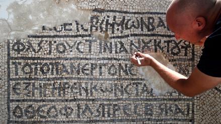 Arqueólogos descubren un mosaico de 1,500 años en griego en Jerusalén