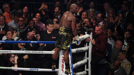 Video   Floyd Mayweather ganó por nocaut técnico la llamada 'pelea del siglo'