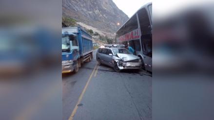 Tarma: choque frontal entre bus y auto dejó un herido