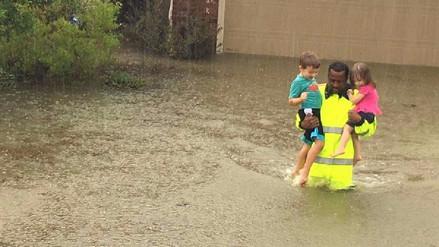 Viral | Un hombre rescatando a dos niños de la inundación en Texas se convirtió en héroe