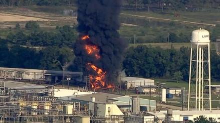 Una gran explosión provoca un incendio en una planta química en Texas