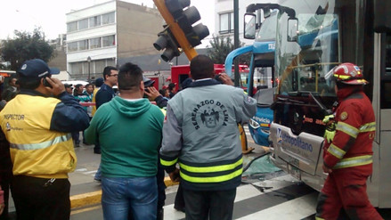 El choque entre un bus turístico y el Metropolitano dejó 7 heridos