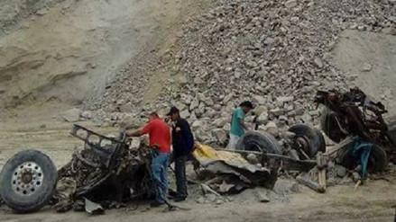 Hallan camión sepultado en la Panamericana Sur por fuerte sismo