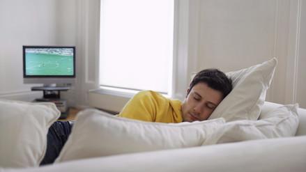 Dormir con la televisión encendida podría causar depresión