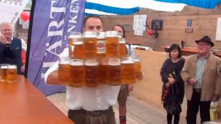 Un alemán transportó 29 jarras de cerveza a la vez y bate el récord mundial