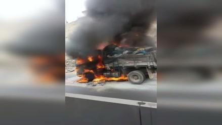 Camión se incendió y provocó caos vehicular en carretera Panamericana Norte