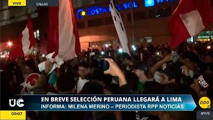 Hinchas aguardan la llegada de la selección peruana en el aeropuerto Jorge Chávez