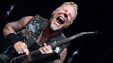 Líder de Metallica cayó en un agujero en pleno concierto