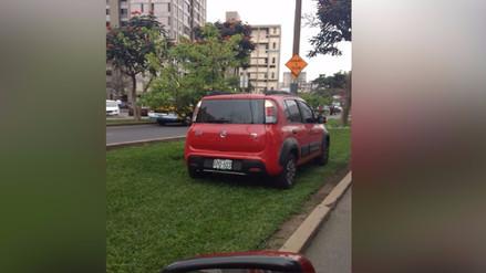 Jesús María: Camioneta se estaciona en el jardín de la berma central