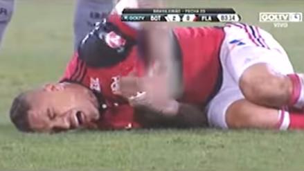 Paolo Guerrero recibió una peligrosa falta en las costillas