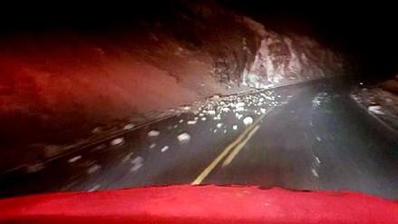Deslizamientos de piedras restringieron el tránsito en la Panamericana Sur