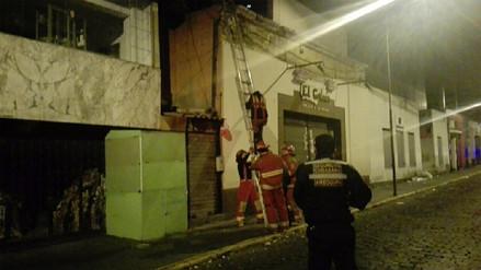 Mujer se quedó dormida en baño de pollería y pidió ayuda a los bomberos