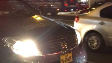 Policías chocan contra un taxi y buscan 'arreglar' con los afectados