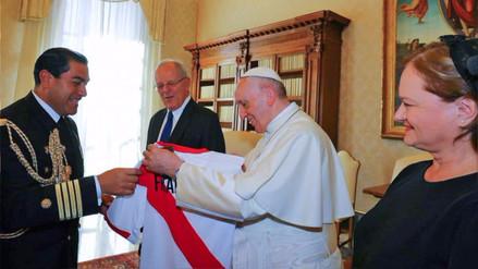 PPK se reunió con el papa Francisco y le regaló la camiseta de la Selección Peruana