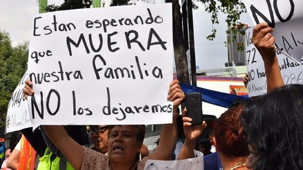 Familiares buscan a desaparecidos más de tres días después del terremoto en México