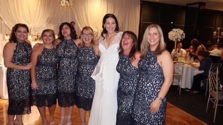 Seis mujeres fueron a una boda usando el mismo vestido y no, no eran damas de honor