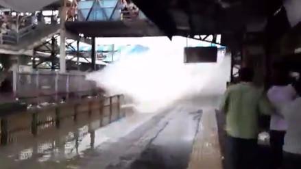 YouTube | Un tren empapó a pasajeros que esperaban en una estación de la India