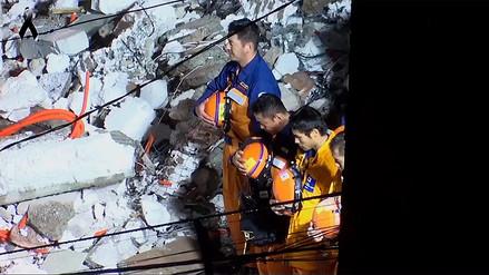 Rescatistas japoneses se quitaron el casco e hicieron reverencia al cuerpo de una joven en México