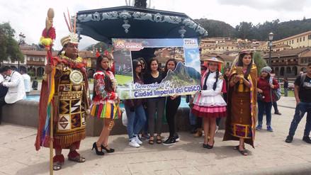 Turistas fueron agasajados en la plaza mayor de Cusco